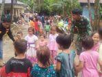tni-relawan-kabupaten-hsu-dampingi-anak-anak-di-bekas-lokasi-bencana-alam-kabupaten-hst.jpg