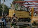 truk-berwarna-kuning-menabrak-portal-jembatan-paringin-minggu-2572021m-asdfa.jpg