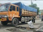 truk-melintas-di-ruas-jalan-rusak-parah-di-desa-palampitan-hilir-amuntai-kabupaten-hsu-22092021.jpg