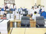 tumpukan-dokumen-rapbd-perubahan-di-meja-ruang-rapat-utama-dprd-kabupaten-hst-29092021.jpg