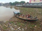 tumpukan-sampah-hanyut-terbawa-arus-di-sungai-martapura.jpg