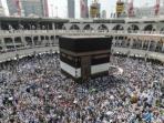 umat-islam-melakukan-tawaf-atau-berjalan-mengelilingi-kakbah-di-masjidil-haram_20151020_174003.jpg