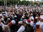 umat-muslim-mengikuti-aksi-212-di-depan-kompleks-parlemen-senayan-jakarta-pusat-selasa-2122017.jpg