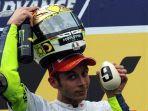 valentino-rossi-merayakan-gelar-juara-dunia-motogp-2009-di-sirkuit-sepang.jpg