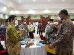 wabup-kotabaru-andi-rudi-latif-berbincang-dengan-pj-gubernur-kalsel-safrizal-za-kamis-20052021.jpg
