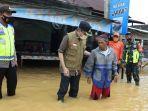 wakil-wali-kota-banjarbaru-h-darmawan-jaya-setiawan-warga-lokasi-banjir-kamis-14012020.jpg