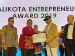 wali-kota-banjarbaru-h-nadjmi-adhani-saat-menerima-wali-kota-entrepreneur-award-2019.jpg