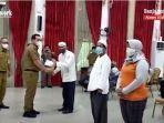 wali-kota-banjarbaru-hm-aditya-mufti-ariffin-sh-mh-menyerahkan-paket-bantuan-selasa-04052021-222.jpg