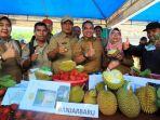 walikota-banjarbaru-h-nadjmi-adhani-saat-mencoba-durian-cempaka_20180207_221904.jpg