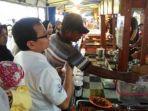 warga-antri-makanan-dorayaki-di-pasar-wadai-ramadhan-banjarmasin_20170605_204730.jpg