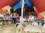 warga-desa-baru-waki-kecamatan-batu-benawa-kabupaten-hst-kalsel-tinggal-di-bawah-tenda.jpg