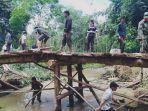 warga-desa-patikalain-bangun-kembali-jembatan.jpg