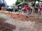 warga-desa-sungai-rancah-rt1-kelurahan-palam-cempaka-banjarbaru-gotong-royong-batasi-jalan-makam.jpg
