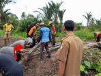 warga-desa-tatah-pemangkih-kecamatan-alalak-memperbaiki-jembatan.jpg