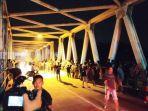 warga-di-atas-jembatan-1-juli-hikun-sekitar-lokasi-orang-tenggalam-di-sungai-tabalong-18072021.jpg