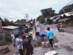 warga-kintapura-berswadaya-menamnal-lubang-di-jalan-nasional-setempat.jpg