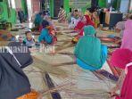 warga-latihan-membuat-kerajinan-di-desa-jingah-bujur-kabupaten-hsu.jpg