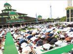 warga-melaksanakan-salat-id-berjamaah-di-masjid-jami.jpg