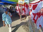 warga-melintas-di-lapak-penjual-bendera-di-pasar-baru-marabahan-kabupaten-batola.jpg