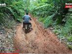 warga-melintasi-jalan-di-desa-gunung-manau-batumandi-balangan-kalsel-kamis-05082021.jpg