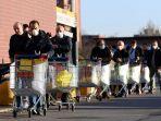 warga-memakai-masker-mengantre-di-supermarket-pada-hari-kedua-lockdown-italia.jpg
