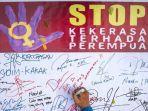warga-membubuhkan-tanda-tangan-saat-aksi-menolak-kekerasan-terhadap-perempuan-di-sol.jpg