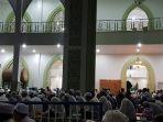 warga-memenuhi-ruang-induk-masjid-agung-syuhada_20180430_213310.jpg