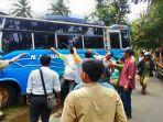 warga-menarik-bus-untuk-menolong-korban-yang-terjepit-di-bawah-bus_20170117_193723.jpg