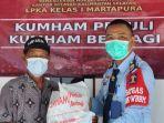 warga-menerima-paket-bantuan-kemenkumham-yan-disalurkan-oleh-lpka-martapura-kabupaten-banjar.jpg
