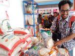 warga-palangkaraya-saat-membeli-beras-di-pasar-rakyat-kita_20180323_114212.jpg