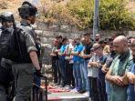 warga-palestina-menjalankan-ibadah-shalat-jumat_20170724_203726.jpg