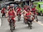 warga-suku-ifugao-sedang-mengendarai-sepeda-kayu-mereka_20150618_111644.jpg
