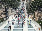 wisata-jembatan-kaca-gantung-di-china.jpg