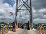 wisata-kalsel-pengunjung-jembatan-antasan-bromo-banjarmasin-sabtu-0409202104092021.jpg