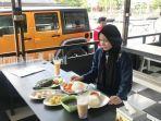 wisata-kalsel-pengunjung-nikmati-kuliner-di-cangkir-coffee-jalan-mahligai-banjarmasin-sabtu-12062021.jpg