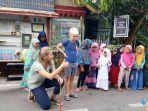 wisatawan-asing-antusias-dengan-permainan-tradisional-di-kampung-kahimungan.jpg