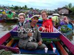 wisatawan-asing-atau-bule-sedang-menikmati-susur-sungai-banjarmasin_20180318_075113.jpg