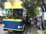wisatawan-berkeliling-kota-banjarmasin-menggunakan-bus-bejajalanan.jpg