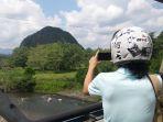 wisatawan-lokal-memoto-objek-wisata-gunung-hantanung_20180802_094342.jpg
