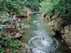 wisatawan-menikmati-air-pemandian-batu-badinding-liyu-halong-balangan-kamis-8102020.jpg