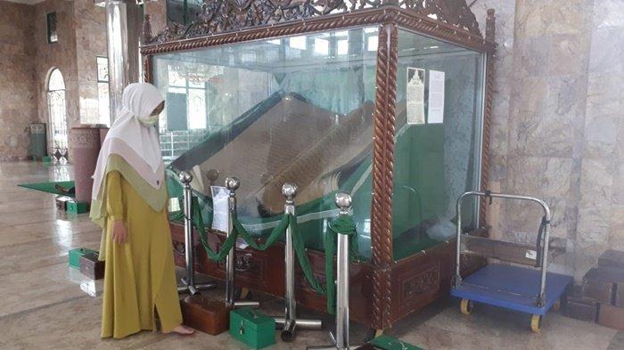 Uniknya Alquran Raksasa di Masjid At Taqwa Amuntai HSU, Terbuat dari Kulit Kayu