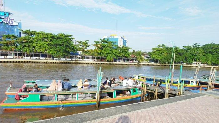 Di Depan Siring Bekantan Banjarmasin Ada Dermaga Klotok bagi Pengunjung yang Ingin Susur Sungai