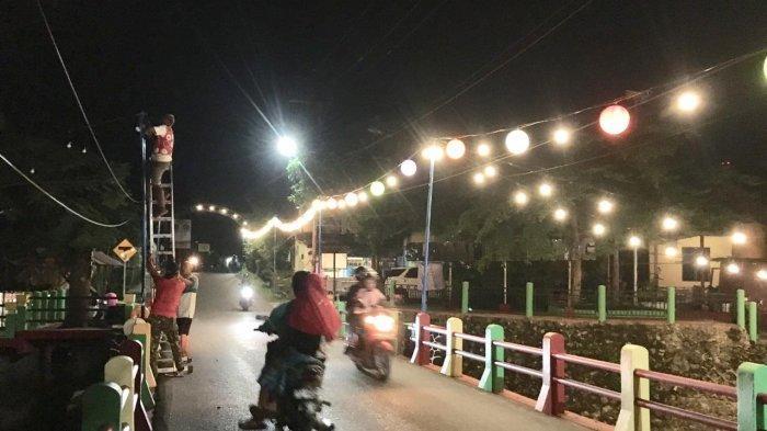 Gemerlap Cahaya Lampu Menambah Hidup Suasana Kampung Pelangi Banjarbaru di Malam Hari