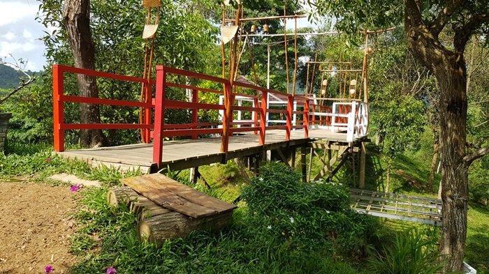 Jembatan penghubung dua gazebo Taman Permana Pelaihari Wisata Kalsel di Kabupaten Tanahlaut.