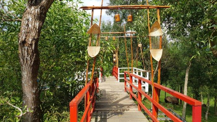 Jembatan Taman Permana Pelaihari Wisata Kalsel di Kabupaten Tanahlaut salah satu spot swafoto.