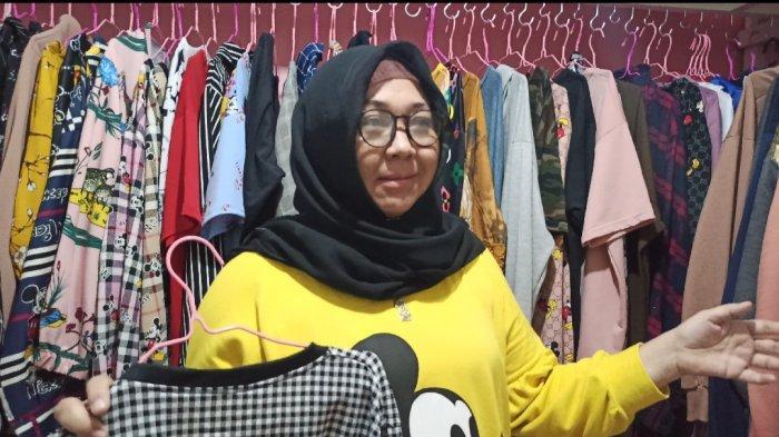 Langganan di Mitha SL, Hj Kiki Sering Beli Pakaian Kasual