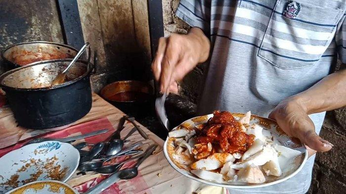 Ketupat Batumis Martapura Dicampur Nasi Kuning, Rasanya Enal Lho!