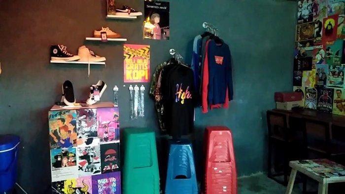 Kinigara Coffee di Kota Sampit Kalteng ada jual pakaian dan sepatu.