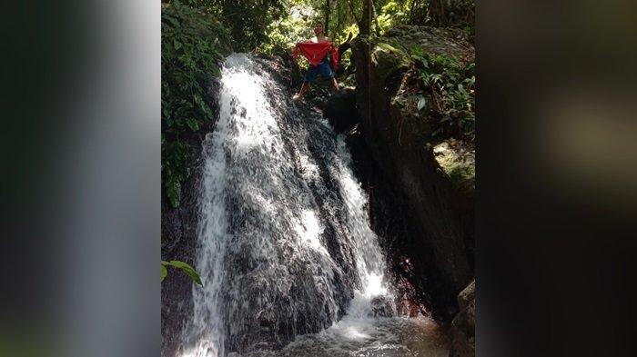 Wisata Kalsel Air Terjun Bajuin Kabupaten Tanahlaut,  Air Terjun Lainnya Masuk Kawasan Hutan Lindung - pengunjung-di-atas-air-terjun-bajuin-wisata-kalsel-di-pelaihari-kabupaten-tanahlaut.jpg