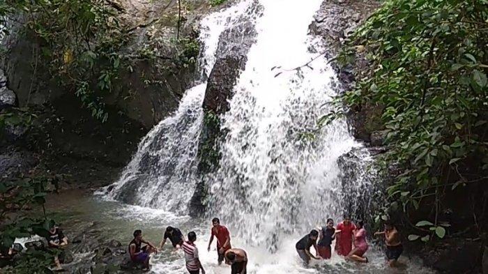 Wisata Kalsel Air Terjun Bajuin Kabupaten Tanahlaut, Pascabanjir Kalsel Tetap Ramai Dikunjungi - pengunjung-menikmati-segarnya-air-terjun-bajuin-wisata-kalsel-kabupaten-tanahlaut.jpg